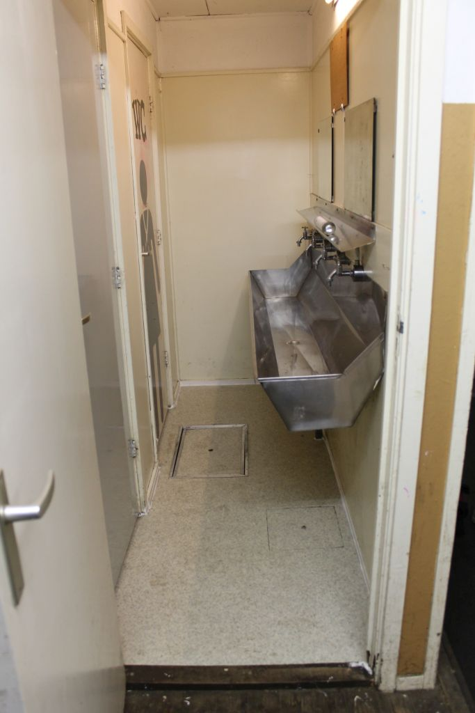 2 toiletten en wasbakken